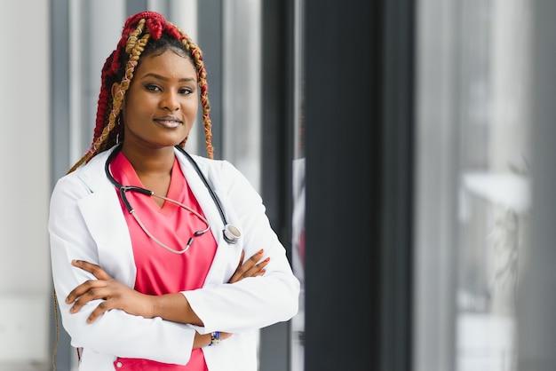 Piękna afrykańska pielęgniarka z założonymi rękoma