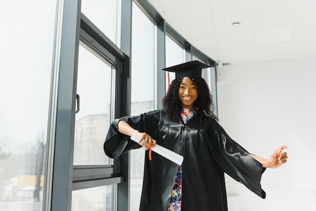 Piękna afrykańska studentka z dyplomem ukończenia szkoły