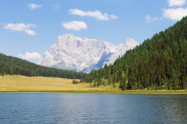 Piękna alpejska panorama, grupa pala dolomitów z jeziora calaita, włoski krajobraz