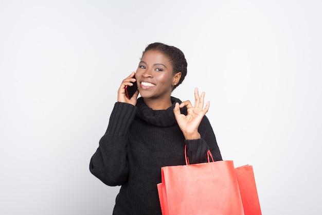 Piękna amerykanin afrykańskiego pochodzenia kobieta opowiada na telefonie