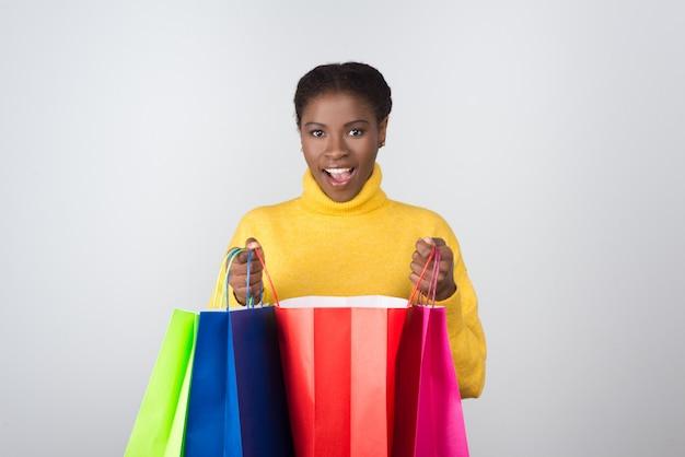 Piękna amerykanin afrykańskiego pochodzenia kobieta z torba na zakupy