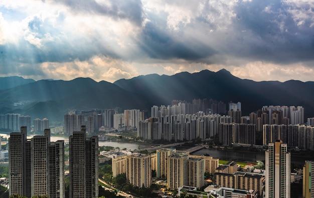 Piękna antena obszaru budynków mieszkalnych w mieście z niesamowitymi chmurami i światłem słonecznym