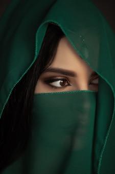 Piękna arabska kobieta portret tradycyjny strój w pomieszczeniu młoda hinduska kobieta
