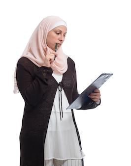 Piękna arabska muzułmańska bizneswoman myśląca o rozwiązaniu, ubrana w tradycyjne stroje islamskie,
