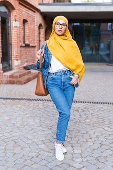 Piękna arabska muzułmańska kobieta ubrana w żółty hidżab