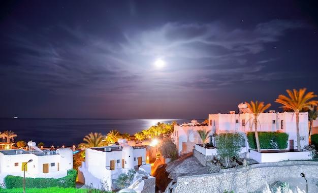 Piękna arabska noc w hotelu w egipcie. sharm el-sheikh