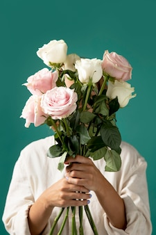 Piękna aranżacja kwiatów dla urodzinowej dziewczyny