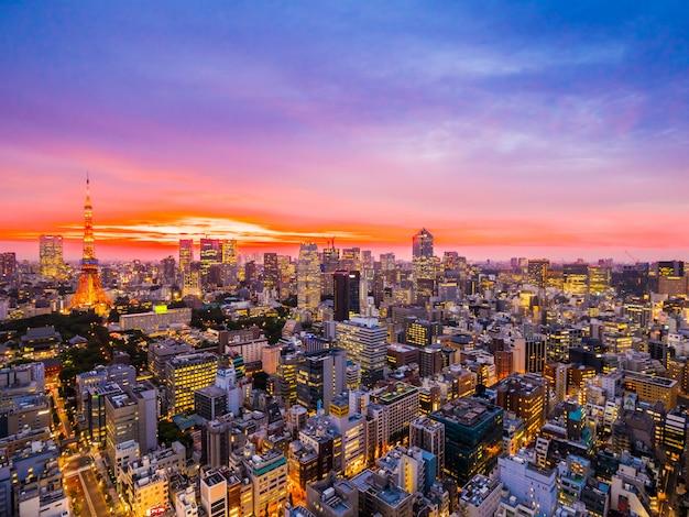 Piękna architektura i tokio wieża w mieście japonia