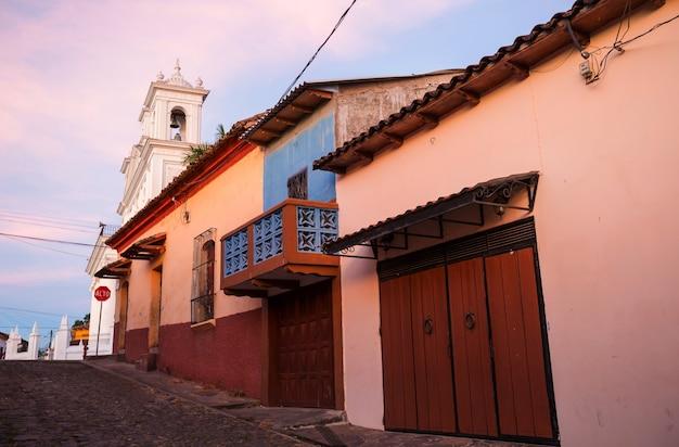 Piękna architektura kolonialna w salwadorze w ameryce środkowej