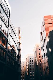 Piękna architektura marsylia, francja z wysokimi biznesowymi budynkami i białym niebem