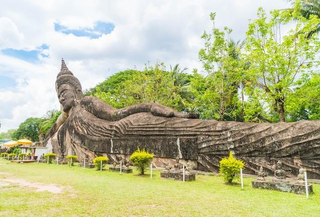 Piękna architektura przy buddha parkiem w vientiane
