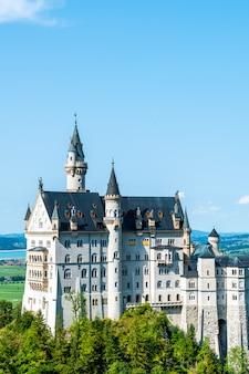 Piękna architektura przy neuschwanstein kasztelem w bawarskich alps niemcy.