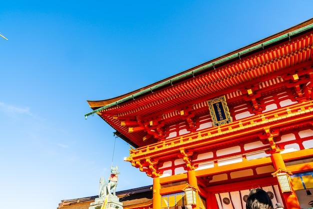 Piękna architektura świątyni fushimi inari shrine w kioto w japonii.
