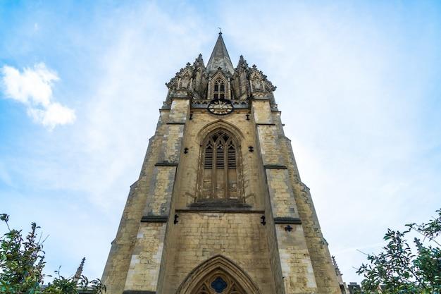 Piękna architektura w university church of st mary the virgin w oxford, wielka brytania
