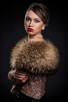 Piękna, atrakcyjna kobieta nosi futro