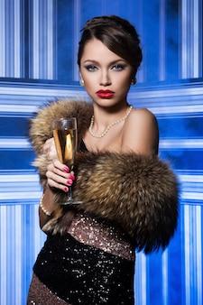 Piękna, atrakcyjna kobieta podczas uroczystości