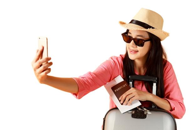 Piękna azjatka wesoły uśmiechnięty i wziąć selfie na inteligentny telefon komórkowy