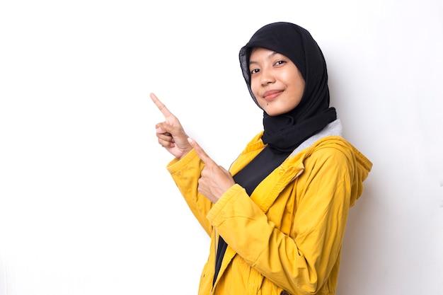 Piękna azjatka z hidżabem portret na białej przestrzeni