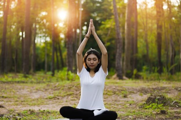 Piękna azjatycka dziewczyna medytuje.