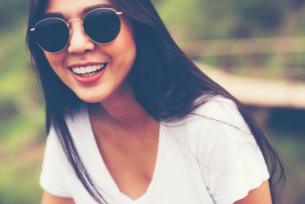 Piękna azjatycka dziewczyna ono uśmiecha się w ogródzie, natury plenerowy pojęcie