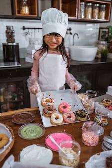 Piękna azjatycka dziewczyna w kuchni