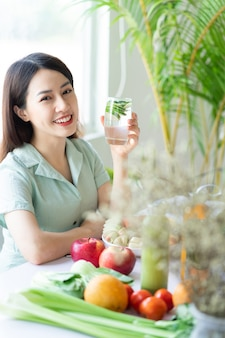 Piękna azjatycka kobieta delektująca się posiłkiem roślinnym