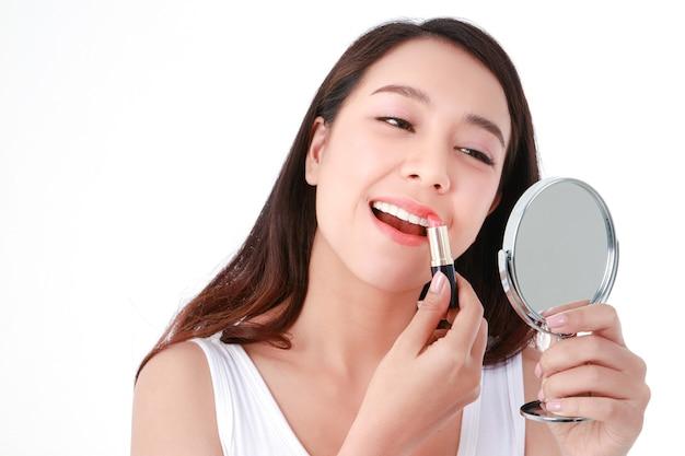 Piękna azjatycka kobieta miej piękny uśmiech, czyste białe zęby, zdrowa, nosząca makijaż i szminka na ustach. pojęcie piękna. białe tło