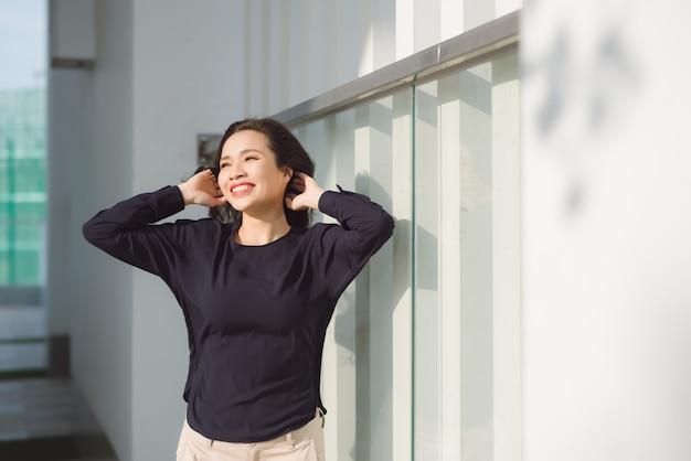 Piękna azjatycka kobieta relaksuje się na tarasie
