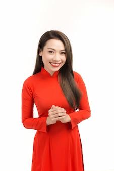 Piękna azjatycka kobieta szczęśliwego nowego roku księżycowego lub nowego roku księżycowego z gratulacyjnym gestem