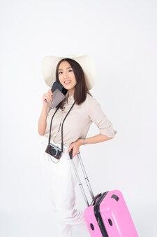 Piękna azjatycka kobieta turystyczna na białym