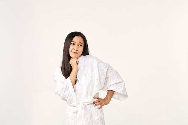 Piękna azjatycka kobieta ubrana w szlafrok uśmiech z czystą i świeżą skórą