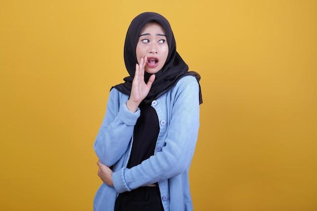 Piękna azjatycka kobieta ubrana w ubranie, zaskoczyła coś wyrazem