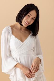 Piękna azjatycka kobieta w białej sukni