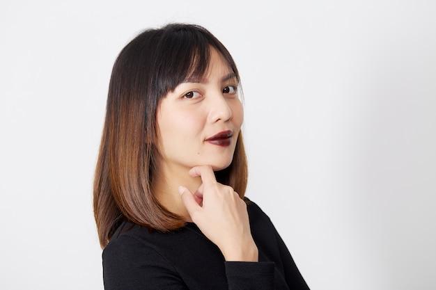Piękna azjatycka kobieta w czarnej sukni