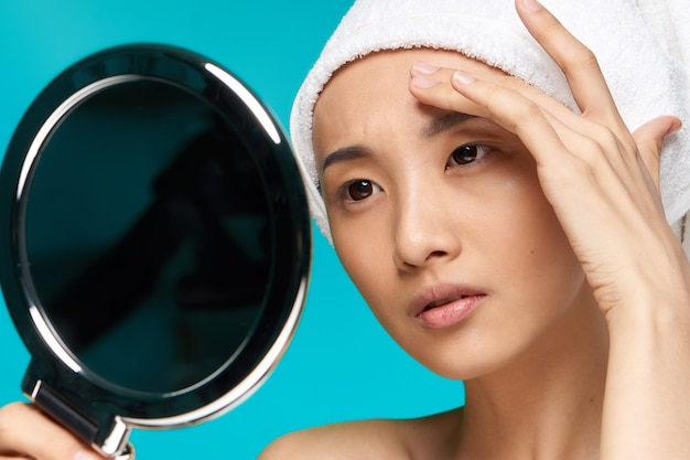 Piękna azjatycka kobieta w ręcznikach
