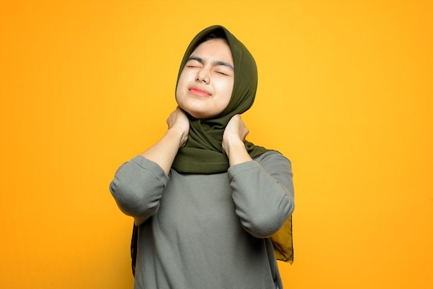 Piękna azjatycka kobieta z bólem szyi