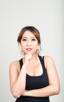 Piękna azjatycka kobieta z brązowymi włosami gotowy do siłowni