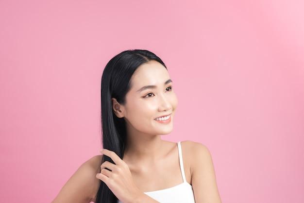 Piękna azjatycka kobieta z pięknymi długimi włosami, piękna kobieta model.