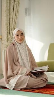 Piękna azjatycka muzułmanka uśmiecha się słodko