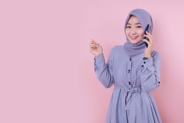 Piękna azjatycka muzułmanka w niebieskiej sukience