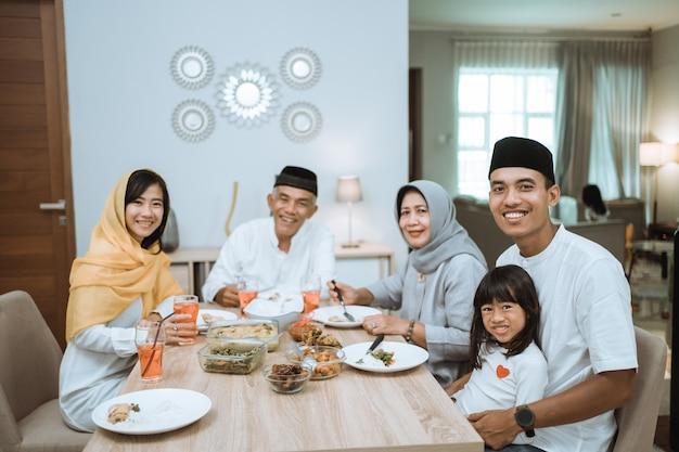Piękna azjatycka rodzina cieszy się kolacją iftar w domu. ramadan kareem islam przełamuje tradycję postu