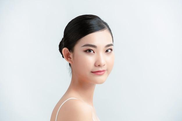 Piękna azjatycka twarz młodej kobiety piękne skóry naturalny makijaż.