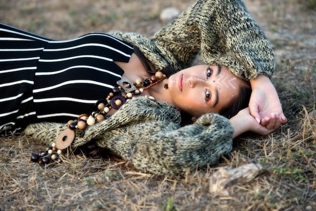 Piękna azjatykcia hipis dziewczyna w ruiny starym miasteczku. nowoczesny styl boho. piękno, moda. młoda kobieta o długich ciemnych włosach na zewnątrz.
