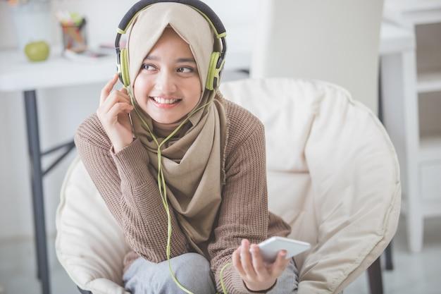 Piękna azjatykcia kobieta cieszy się muzykę