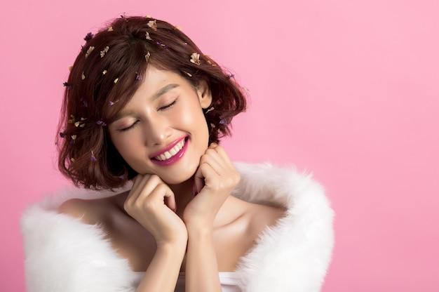 Piękna azjatykcia kobieta odizolowywająca na menchiach