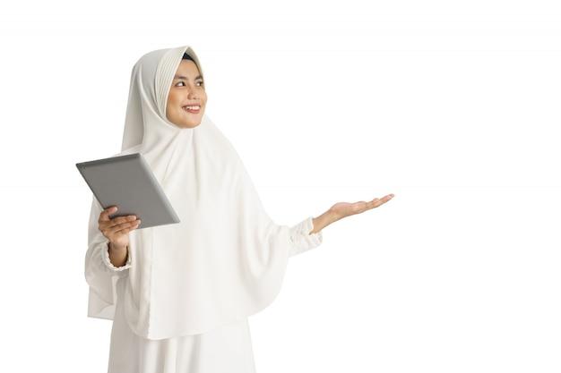 Piękna azjatykcia kobieta z biały hijab przedstawiać