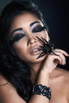 Piękna azjatykcia seksowna dziewczyna z pająkiem