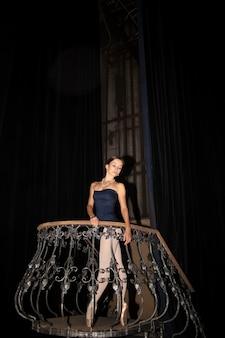 Piękna baletnica pozuje w długiej białej sukni