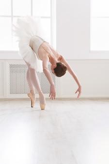 Piękna baletnica tańczy w klasie baletu