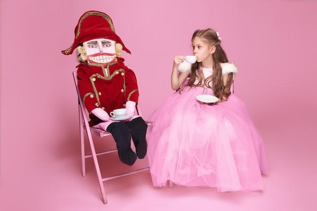 Piękna baletnica z dziadkiem do orzechów na różowo